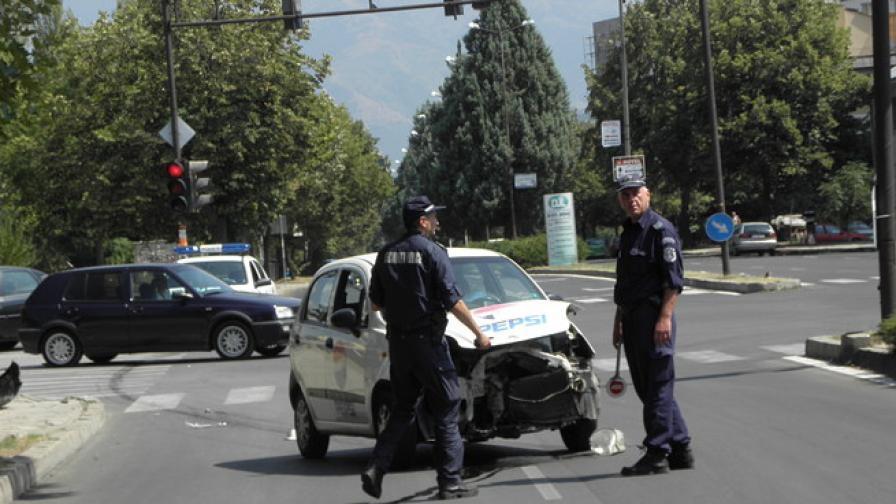 Жена е с три шева на главата след сблъсък на кръстовище в Благоевград