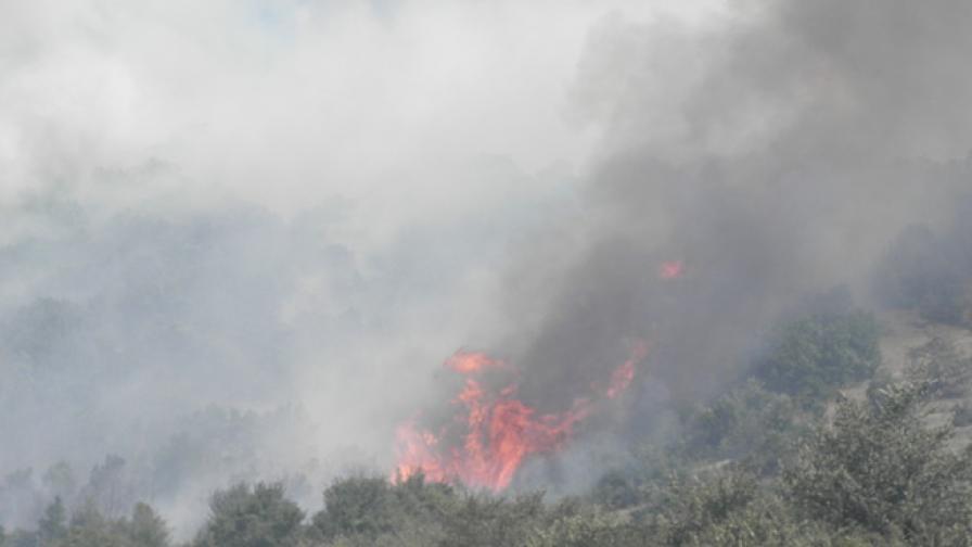 Продължава гасенето на пожара в Свиленградско
