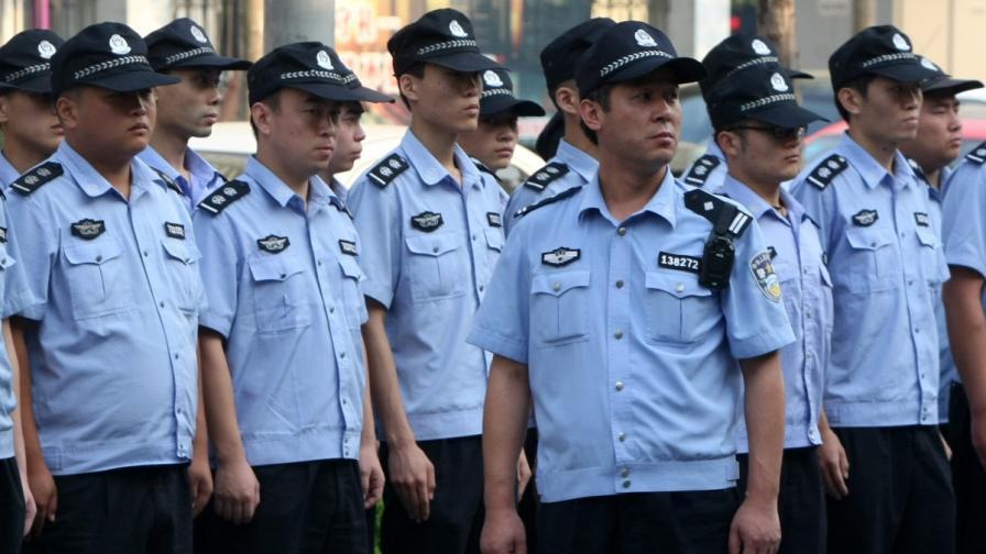 Полицаи по време на процеса срещу Бо Силай