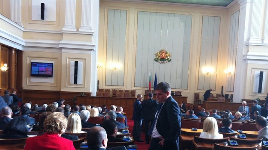 Сигнал за бомба в НС, депутатите продължават работата си