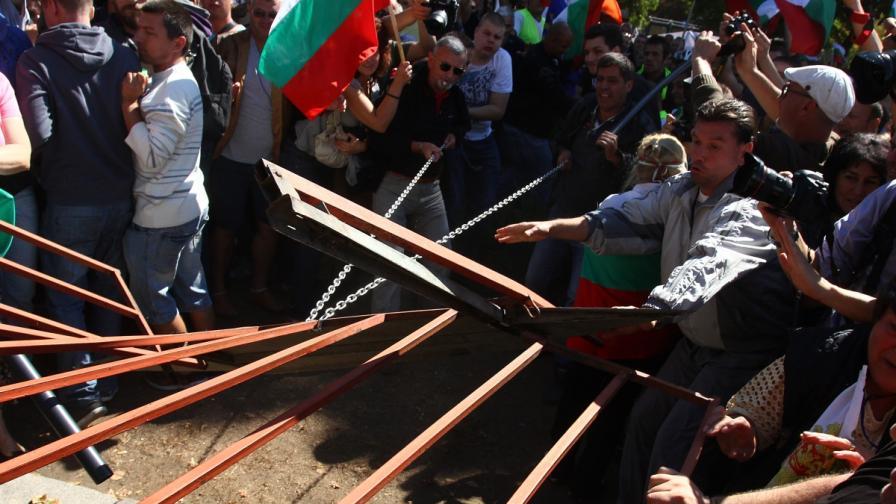 Провокатори опитаха да пробият кордона пред НС