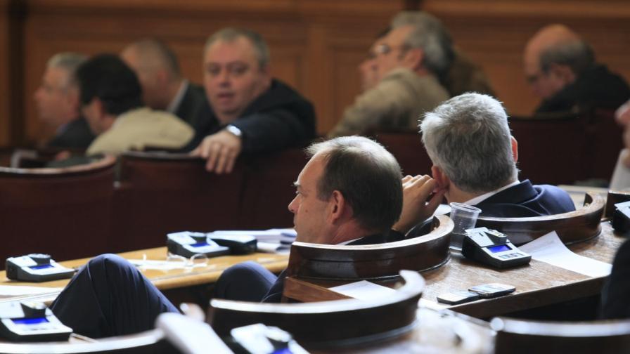 В Парламента се обвиняват кой е назначавал любовници