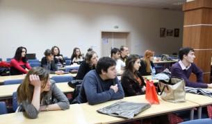 Студенти по журналистика и продуцентство по време на лекция