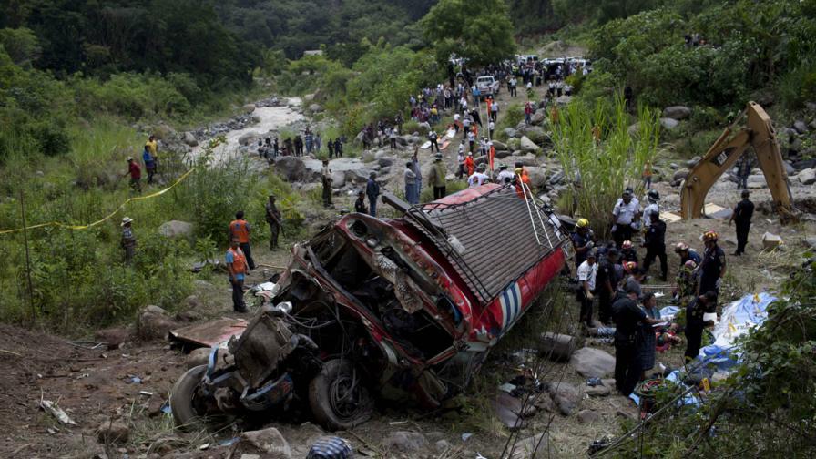 Най-малко 43 души загинаха в катастрофа в Гватемала