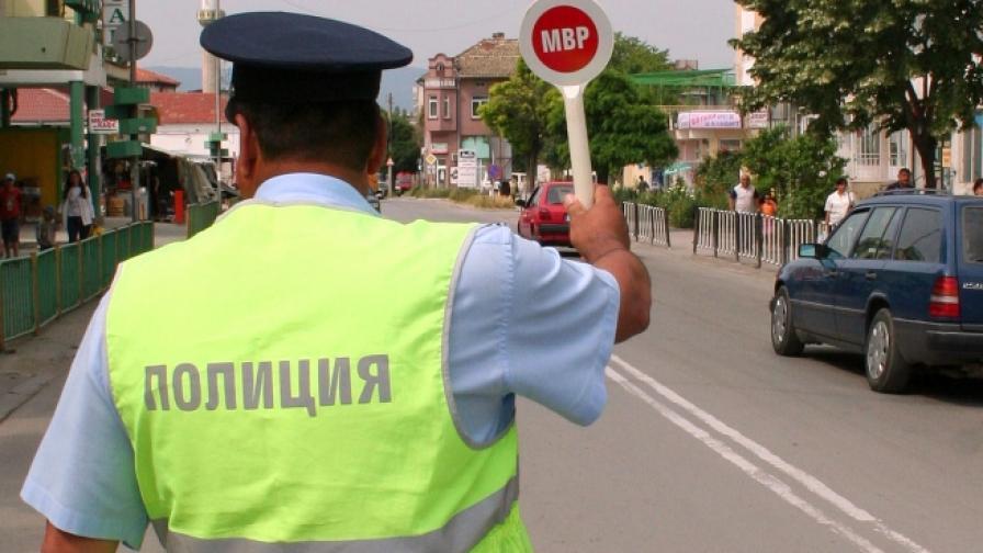 Съдят крадливи полицаи