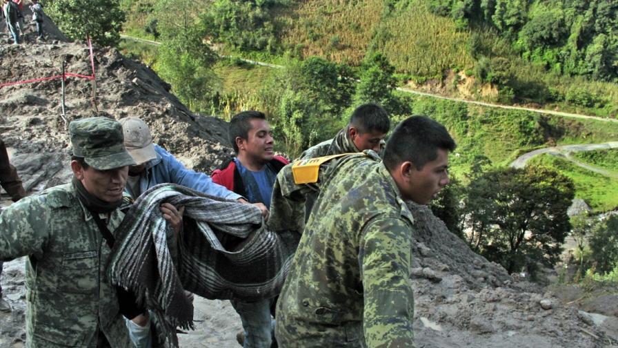 13 загинали при свлачище в Мексико