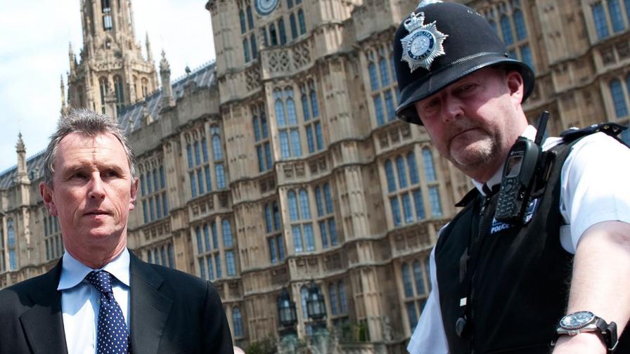 Зам.-предстедателят на британския парламент посегнал сексуално над 7 мъже