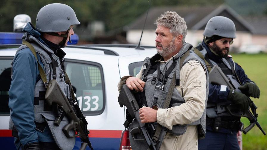Мъж уби трима полицаи и шофьор на линейка в Австрия