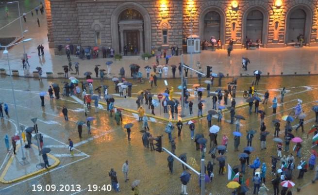 Над 100 души протестираха въпреки дъжда
