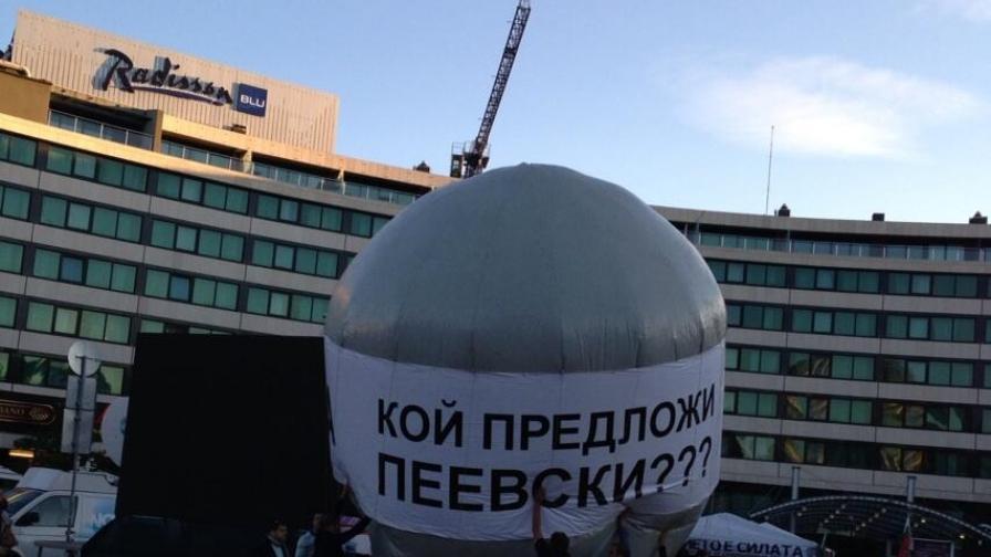 """Ден 99: Огромен балон с надпис """"Кой предложи Пеевски?"""" пред НС"""