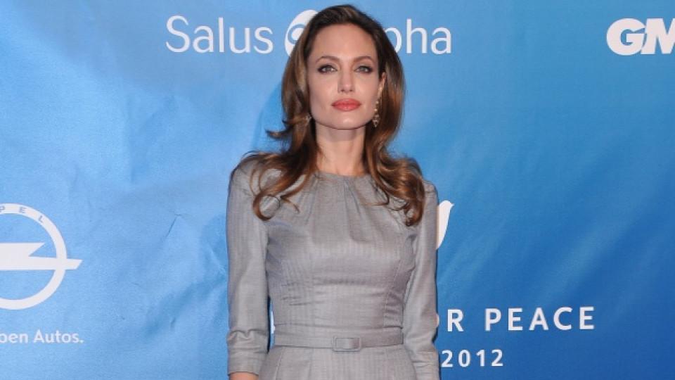 Джоли с дълга до земята рокля в сребристо сиво на  гала церемонията Кино за Мир (Cinema For Peace)