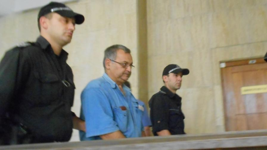 Любомир Симеонов на път към съдебната зала в Бургаския окръжен съд
