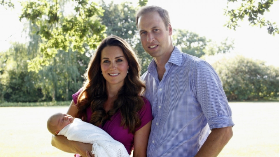 Малкият принц Джордж заедно с родителите си – херцозите на Кеймбридж