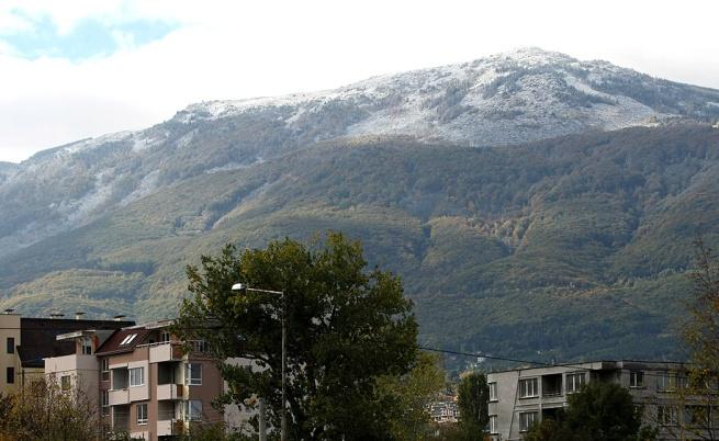 Първи сняг по планините и поледица на пътя до връх Шипка