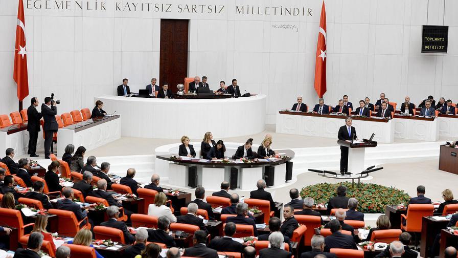 Масов бой в турския парламент; депутат е със счупен нос