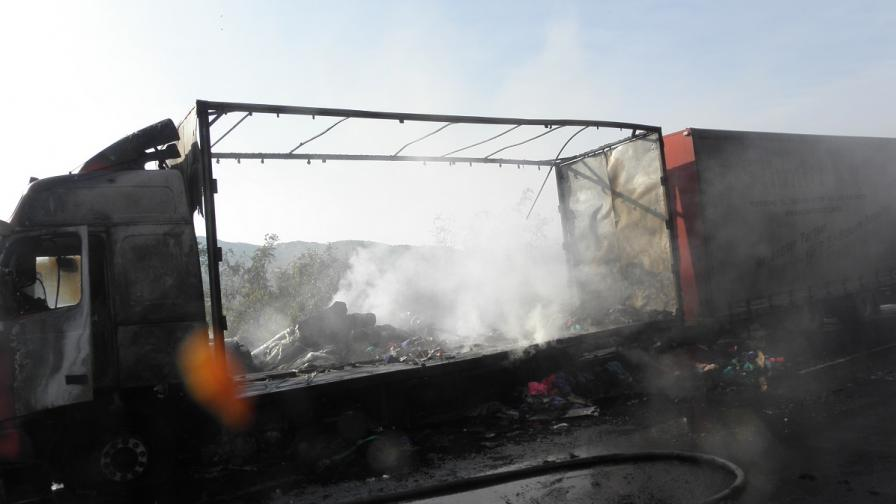 """Тежкотоварен автомобил се запали на път """"Е-79"""""""