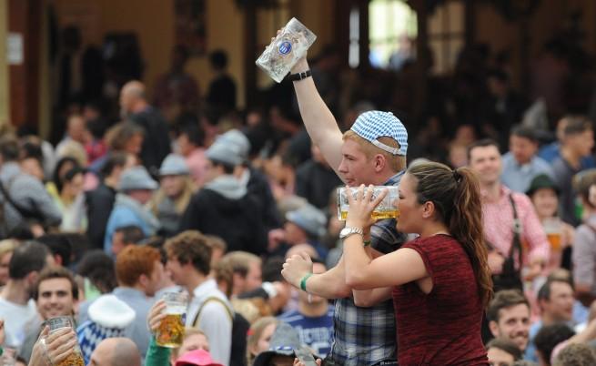 Колко бира успяха да изпият на Октоберфест 2013