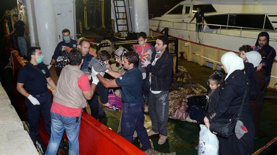 Десетки сирийски емигранти пристигат в Гърция