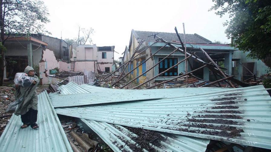 Тайфунът Нари взе 11 жертви във Виетнам и предизвика голяма авиокатастрофа в Лаос