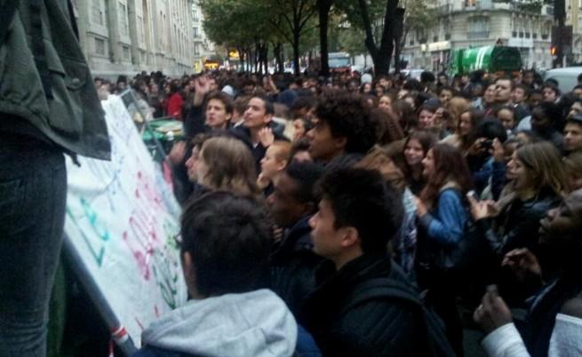 Ученици в Париж блокираха гимназиите си, за да защитят ромско момиче