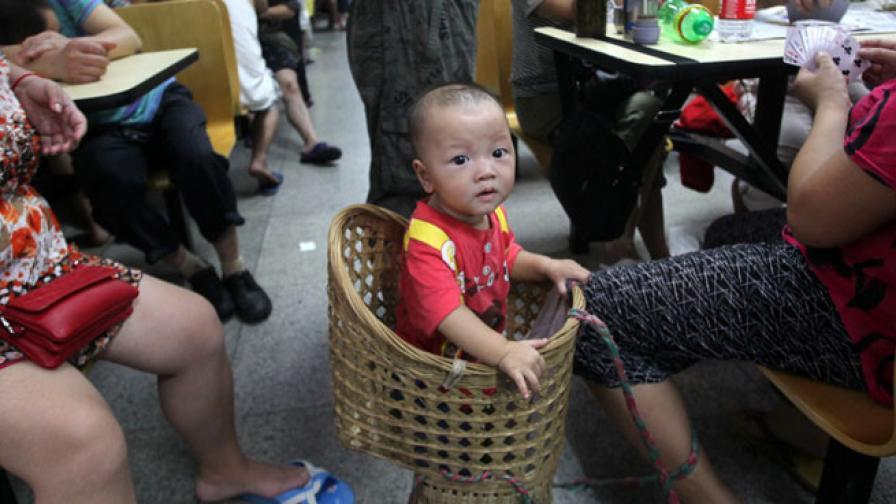 Китайци продали детето си, за да си купят смартфон