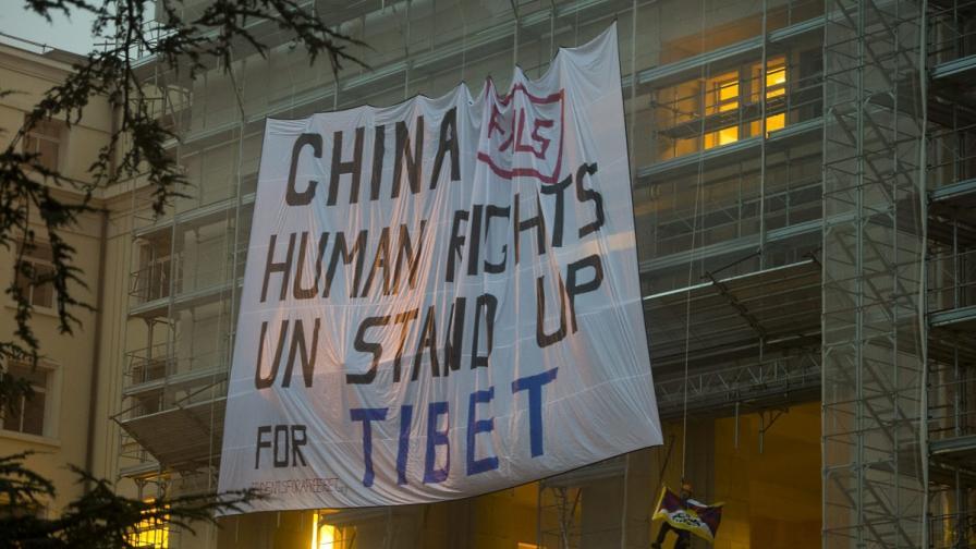 Тибетци се покатериха на сградата на ООН в Женева, за да протестират