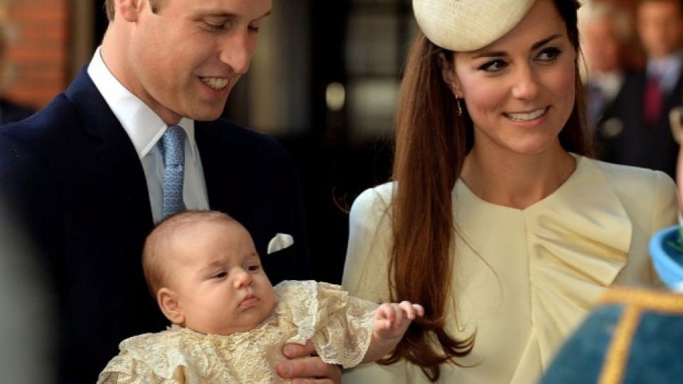 """Кейт Мидълтън, съпругът ѝ принц Уилям и техният син принц Джордж Александър Луи на влизане в двореца """"Сейнт Джеймс"""""""