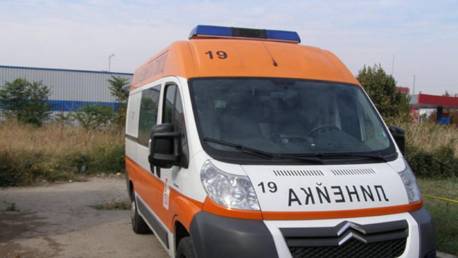 Пръч прати в болница две жени от село край Симитли