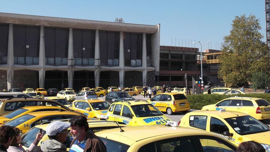 Таксиметрови шофьори в Пловдив излязоха на протест