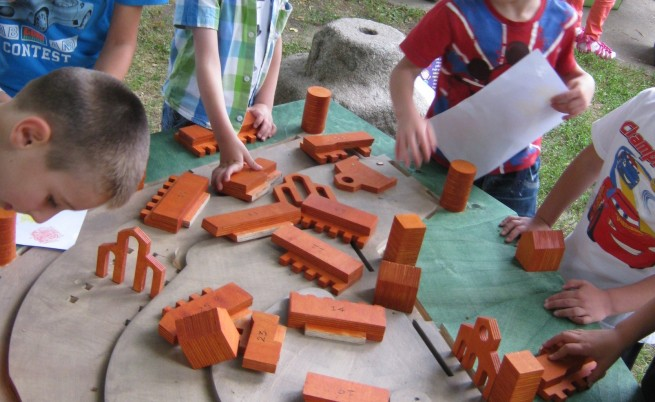 Деца играят в специализирания кът на Регионалния исторически музей в Кюстендил