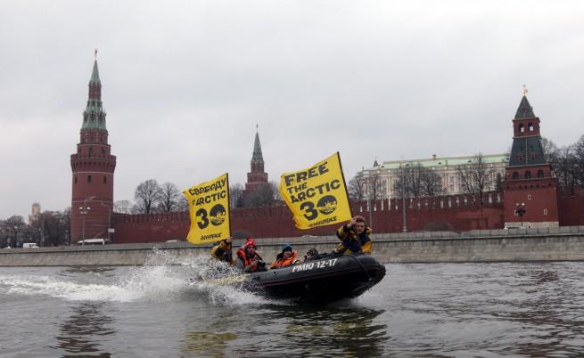 В Русия задържаха още петима активисти на