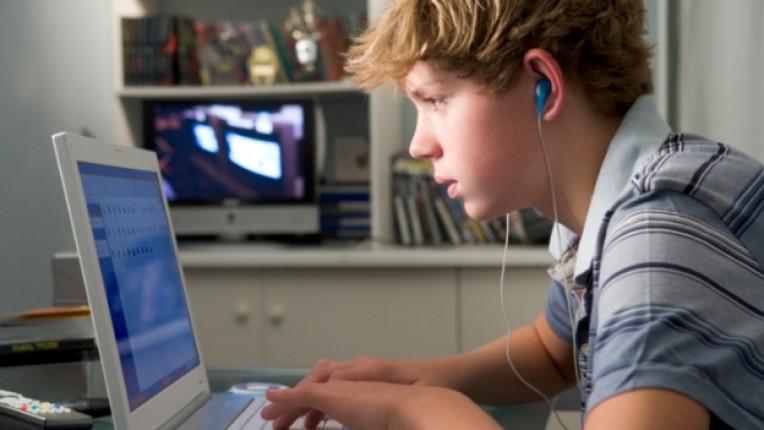дете компютър лаптоп