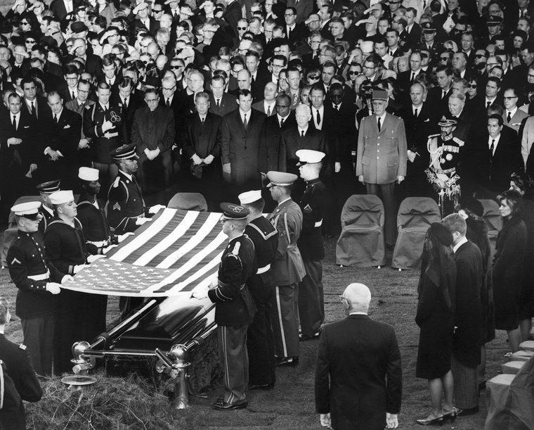 Теориите на конспирацията се разпространяват почти веднага. Ехото на пистолета на Осуалд, ъглите, под които куршумите влизат в тялото на Кенеди и изображенията на черепа на жертвата, оставят на обществото убедено, че трябва да има и втори стрелец.<br /> <br /> Светът така и не чува страната на Лий Харви Осуалд за историята. Два дни по-късно, на 24 ноември, той е застрелян от собственик на нощен клуб, на име Джак Руби. Осуалд умира в същата болница, в която издъхва и Джон Кенеди, а истината за атентата в Далас може би е погребана завинаги заедно с него.