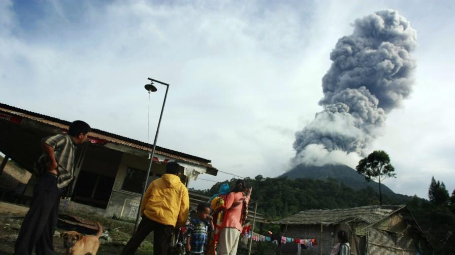 Отново хиляди евакуирани заради вулкан в Индонезия