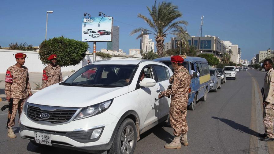 Либийски военни проверяват колите на КПП в Триполи