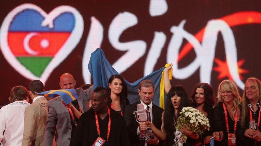 Победителката на конкурса през 2012 г., шведската певица Лорийн, и хората от екипа ѝ