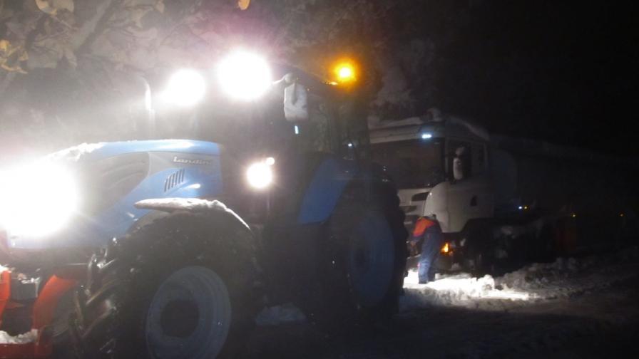 Шофьори останаха в снежен капан по пътя Русе-Бяла