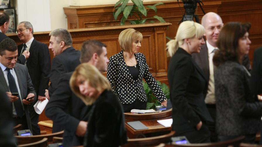 Манолова: ГЕРБ нетърпимо закъсняват за работа