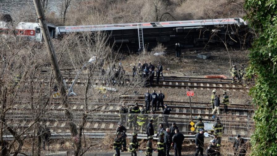 Пътнически влак дерайлира в Ню Йорк