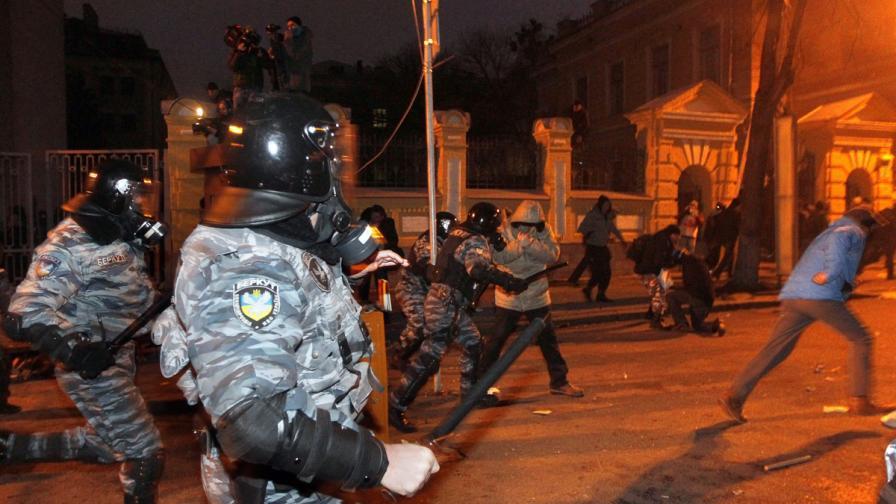 Хиляди обградиха сградата на правителството в Киев