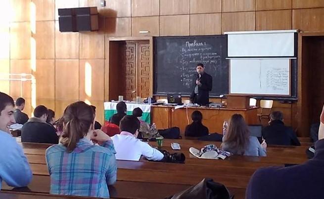 Кристиан Таков изнася лекция в окупираната 272-а аудитория в СУ