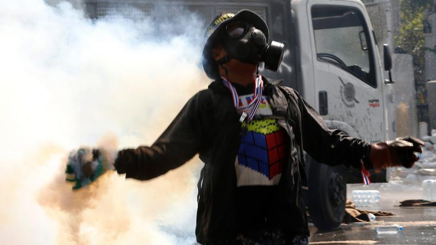Сълзотворен газ спря демонстранти да щурмуват сградата на правителството в Тайланд