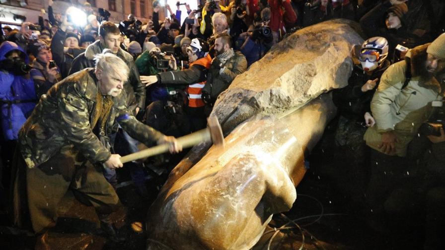 Огромен протест в Киев, събориха паметника на Ленин