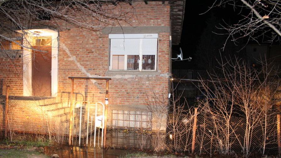 Спукан водопровод потопи кола и къща в Казанлък