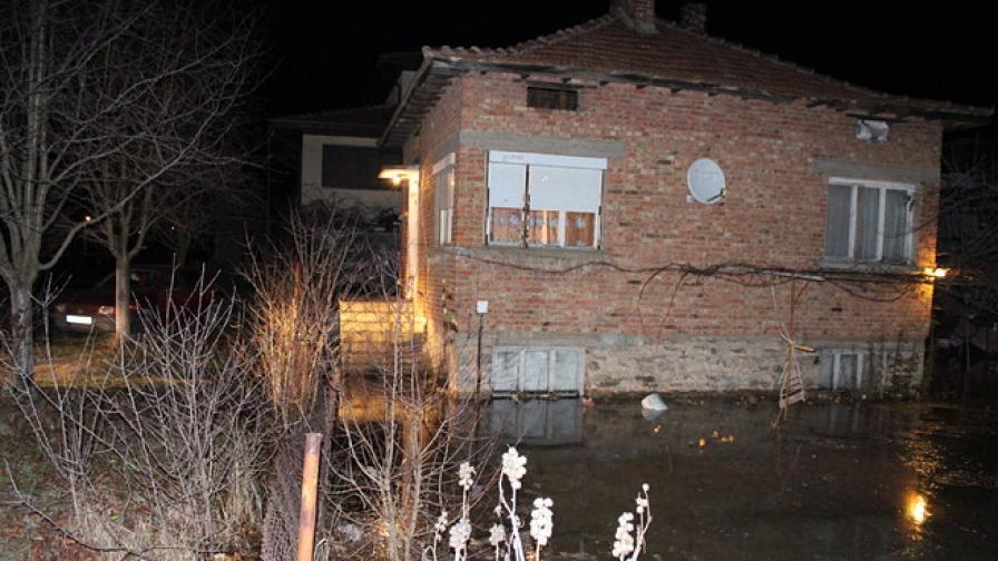 Спукан водопровод потопи къща и кола в Казанлък
