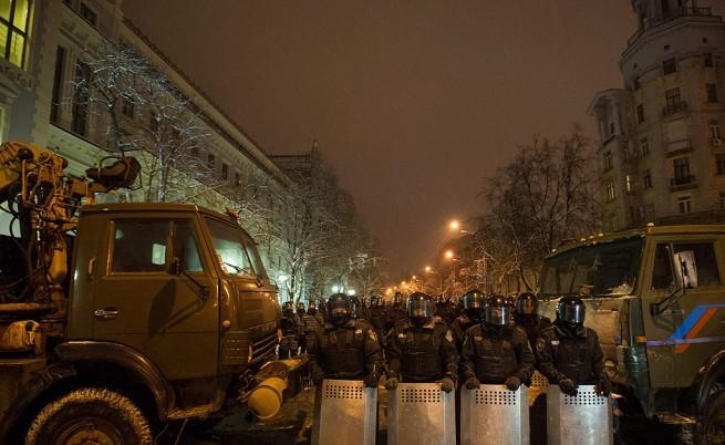 Спецчасти срещу протестиращите на площад