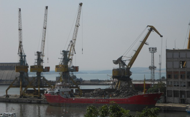Полиция издирва шефовете на съкратените от корабостроителницата в Бургас