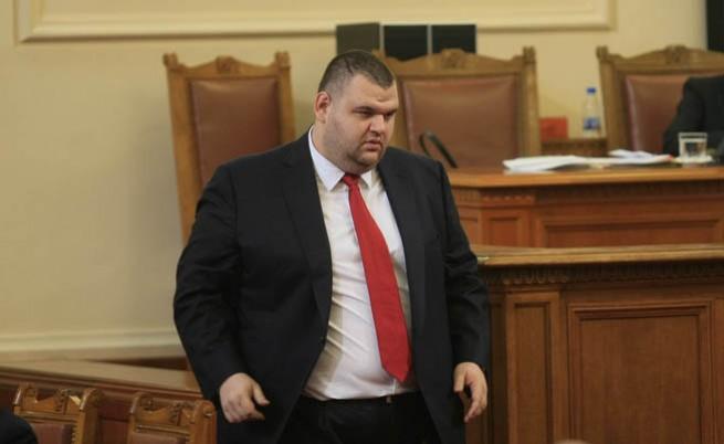 Пеевски: Цветанов ме молеше за чадър над босове