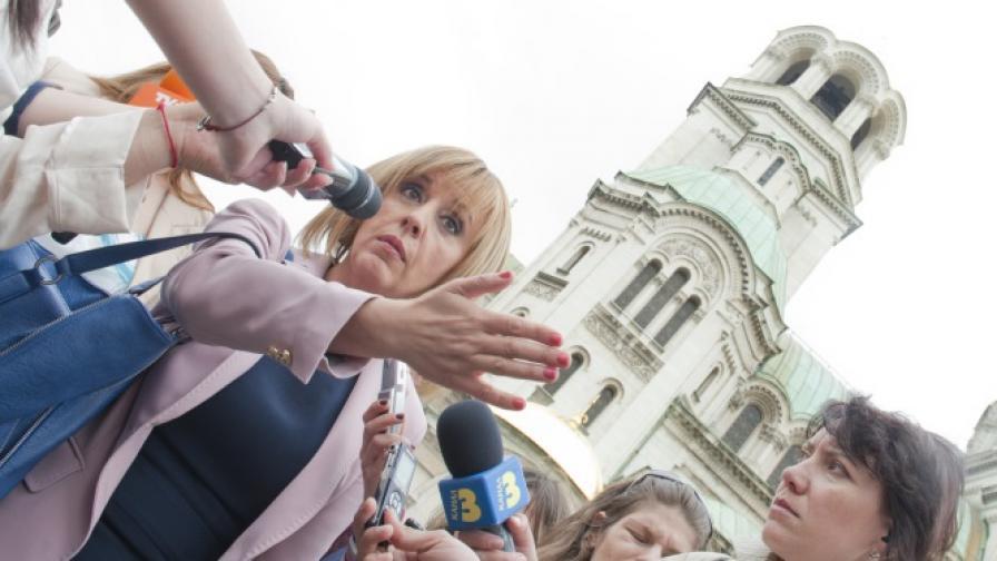 """Зам.-председателят на Народното събрание от БСП Мая Манолова идва на работа по време на протестите """"На кафе"""" пред парламента, които станаха емблематични за отминаващата 2013 г."""