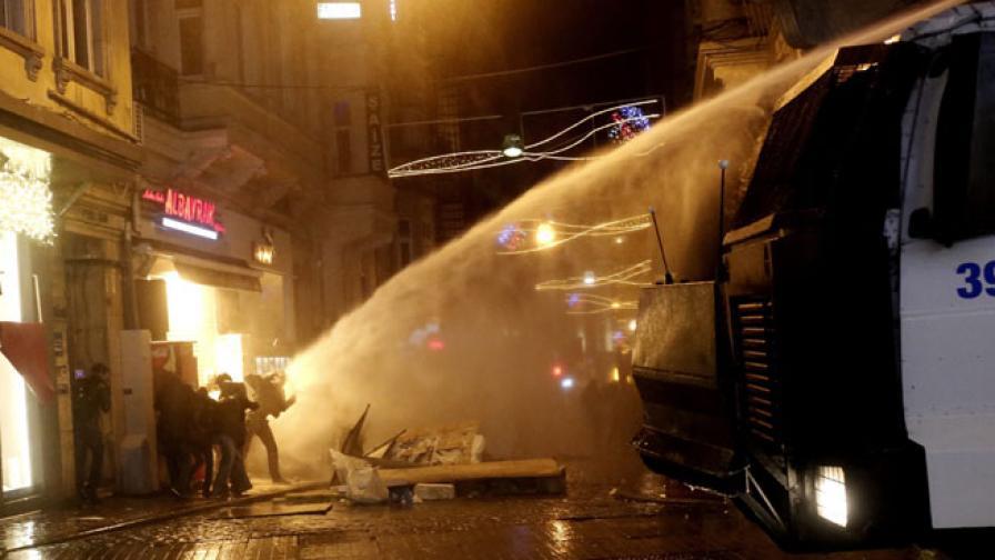 Турската полиция с водни струи и гумени куршуми срещу протестиращи